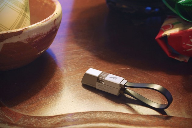 Symlis-Sparrow-OTG-Flash-Drive-and-Charging-Cable-image-3-630x420